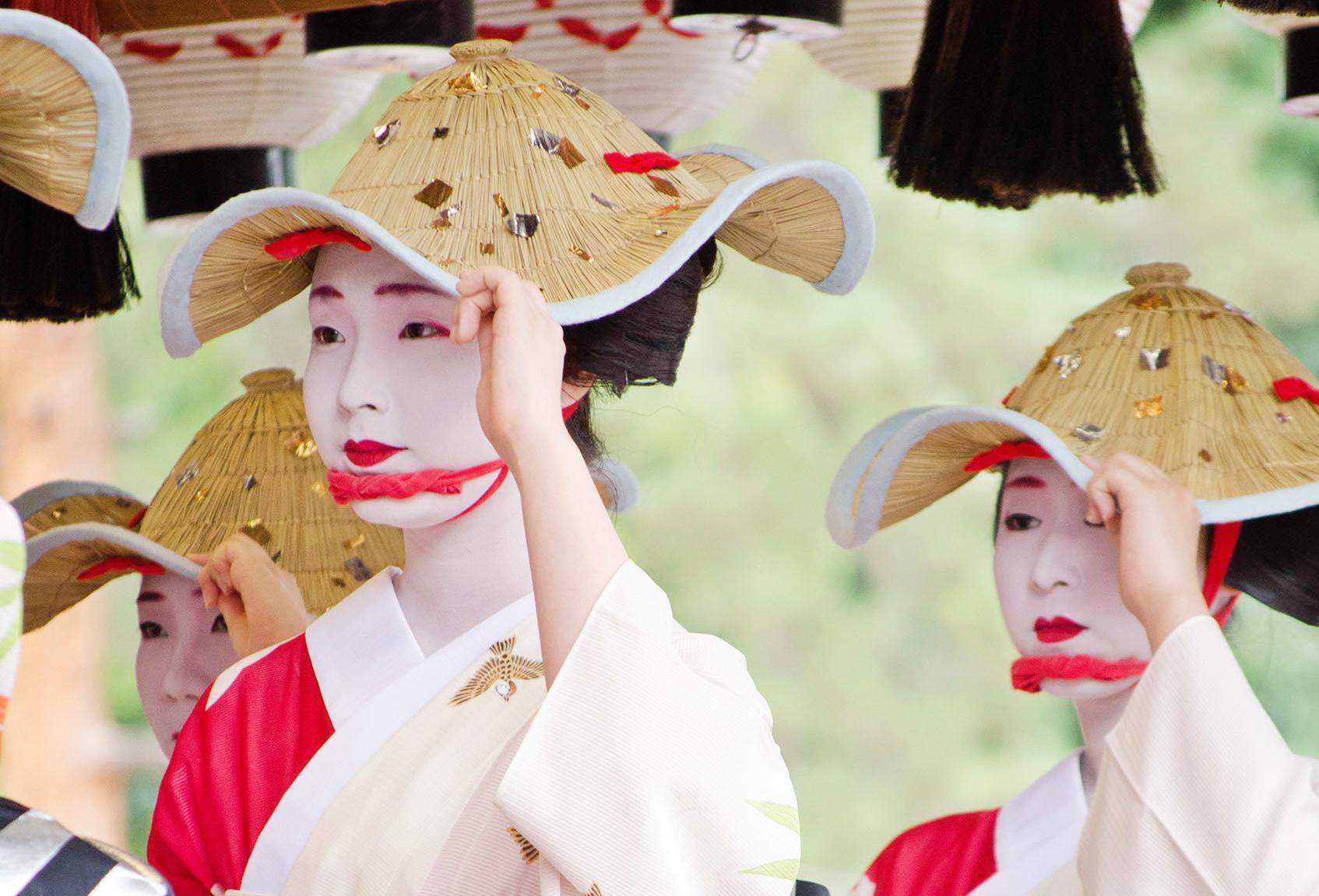 Maiko (apprentice geisha) perform together.
