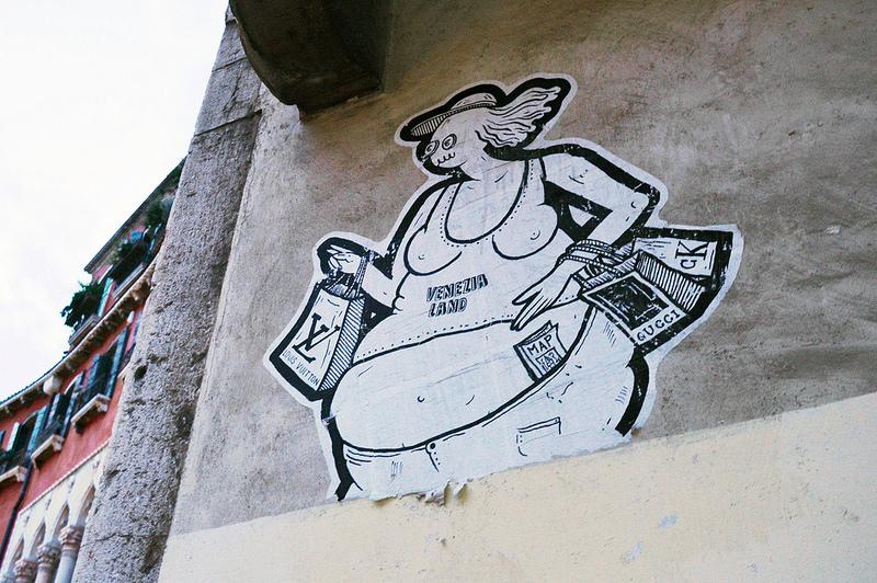 Satirische street art in het centrum van Venetië.