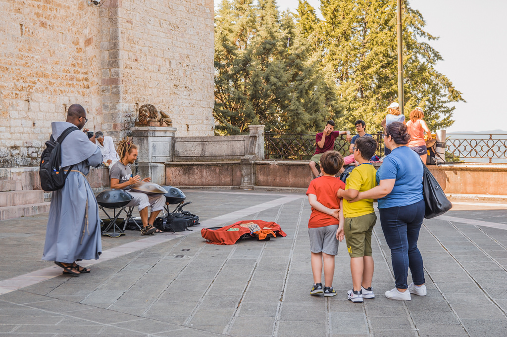 A street musician and his audience in Assisi, Italy